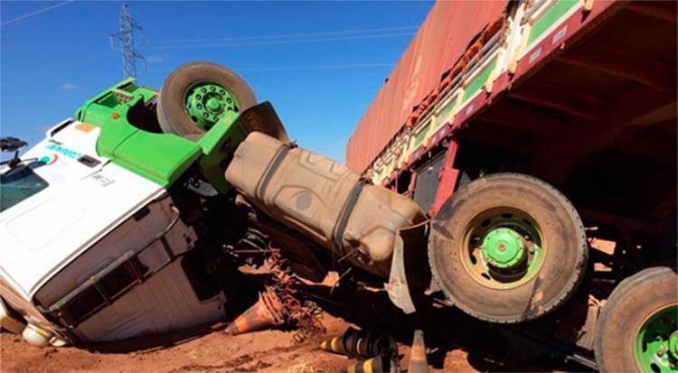 A carreta tombou na manhã desta terça-feira, 12, na BA-426 - Foto: Reprodução | Blog do Braga