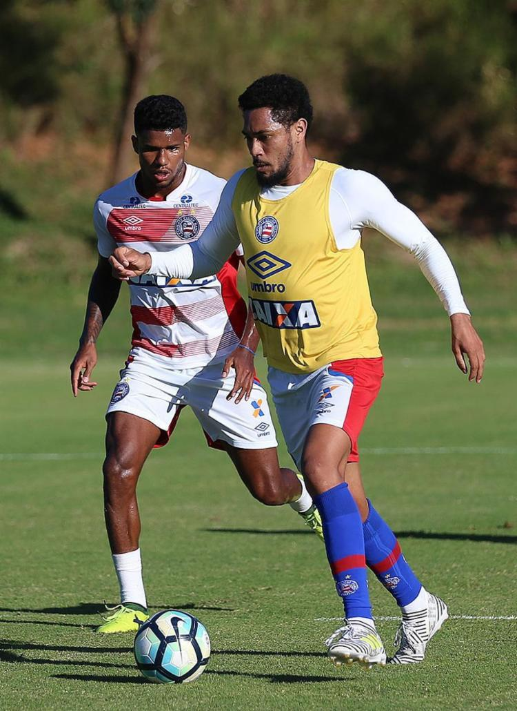Hernane (de colete) é um dos três retornos esperados pelo técnico - Foto: Felipe Oliveira l EC Bahia