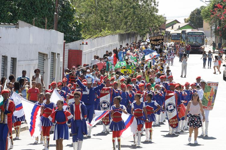 Pré-desfile saiu da escola e foi até praia de São Tomé de Paripe - Foto: Luciano da Matta l Ag. A TARDE
