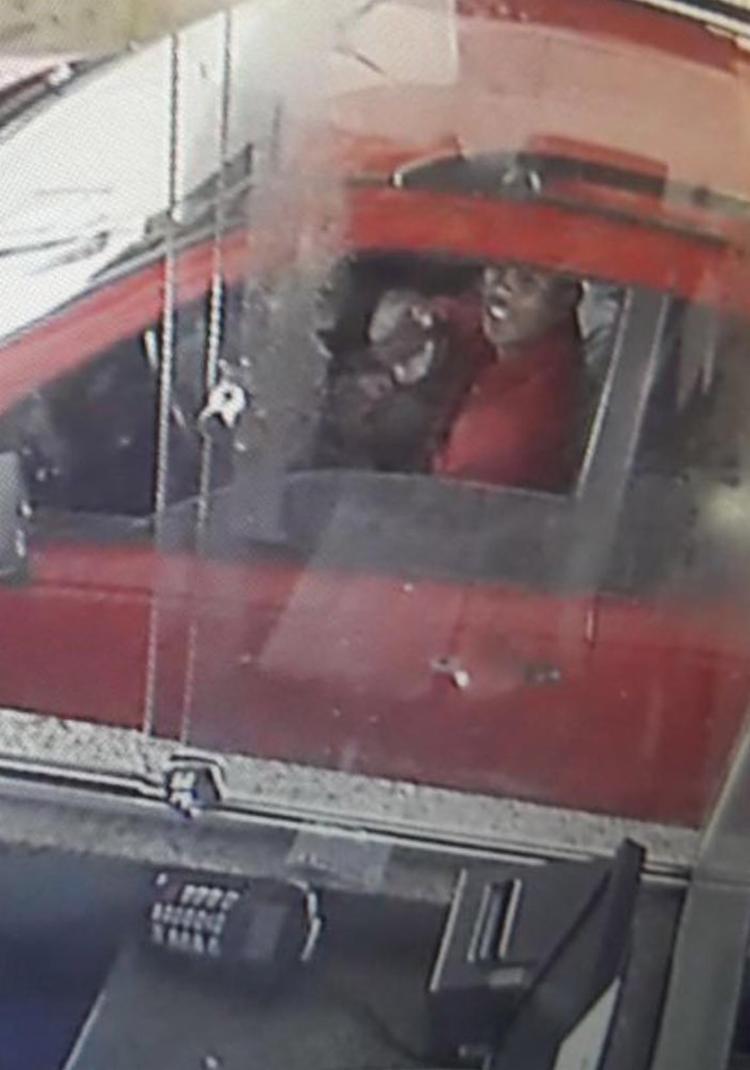Assaltante flagrado por câmera de segurança foi identificado e detido - Foto: Reprodução l Divulgação