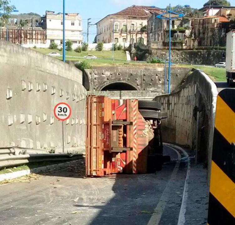 A carreta tombou na entrada do túnel de acesso à Cidade Baixa - Foto: Cidadão Repórter | Via WhatsApp
