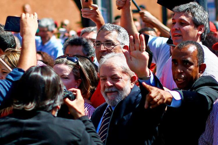 Lula abraçou e cumprimentou os manifestantes - Foto: Heuler Andrey | AFP