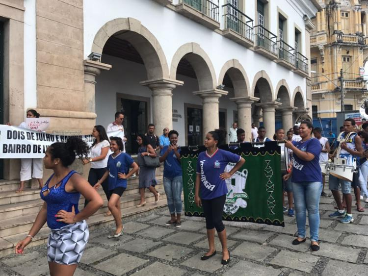 O ato é realizado em frente a Câmara Municipal - Foto: Margarida Neide | Ag. A TARDE | 13.09.2017