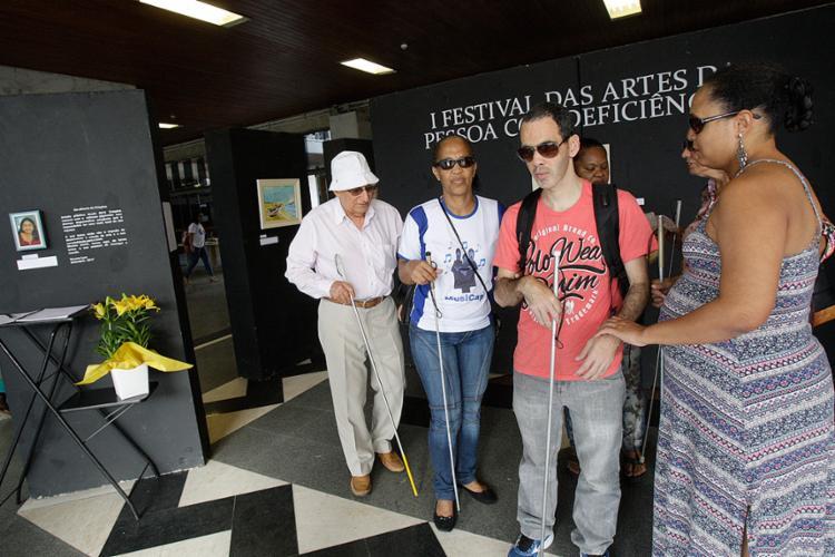 Artistas visitam instalações da exposição aberta nesta quarta-feira - Foto: Margarida Neide l Ag. A TARDE