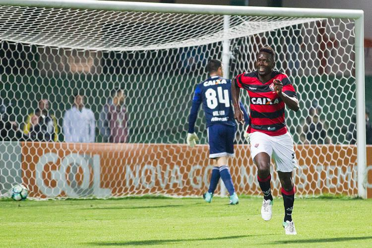 Com quatro gols em oito finalizações, Kanu chegou à vice-artilharia do Leão e aparece como 'salvador' do time - Foto: Guilherme Artigas l Estadão Conteúdo