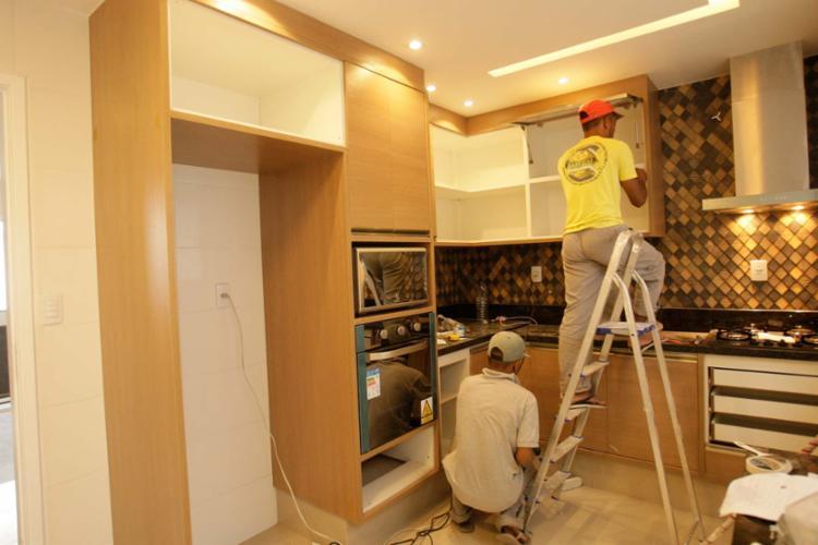 A colocação de armários e prateleiras é uma das etapas finais da execução do projeto - Foto: Margarida Neide | Ag. A TARDE