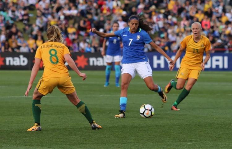 Andressa Alves tenta jogada em cima da forte seleção australiana - Foto: Fernanda Coimbra / CBF