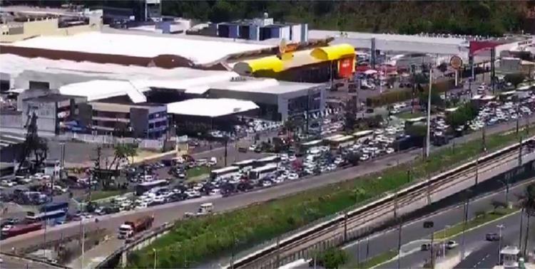 O tráfego na região está complicado por conta do protesto - Foto: Divulgação | Transalvador