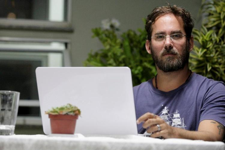 O tradutor Bruno Liza trabalha em casa para o site Airbnb - Foto: Adilton Venegeroles / Ag. A Tarde