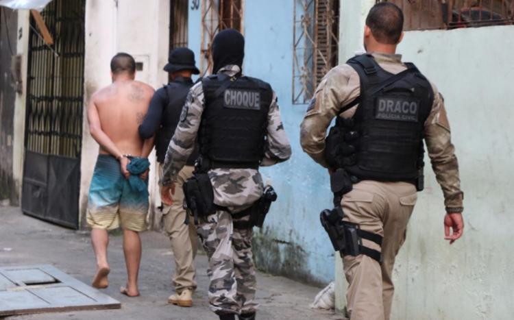 Operação em localidades do bairro, que resultou em prisões, começou na madrugada - Foto: Alberto Maraux | Divulgação | SSP