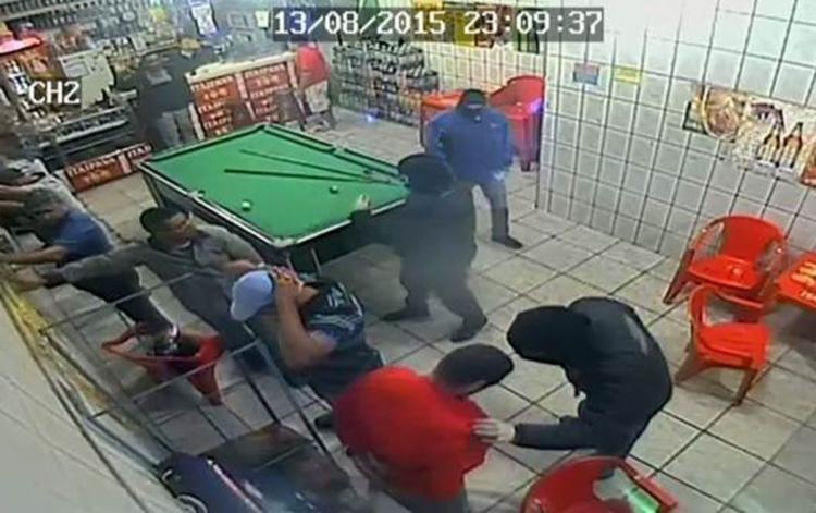 Homens encapuzados invadiram bar em Barueri e atiraram em quem estava lá - Foto: Reprodução | TV Globo