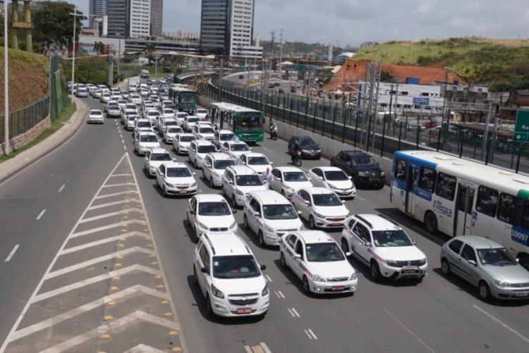 Taxistas passam pela avenida Paralela sentido CAB - Foto: Luciano da Matta | Ag. A TARDE