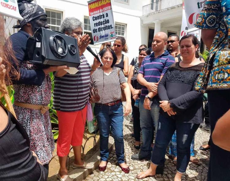 Os trabalhadores afirmam que o aumento salarial feito anualmente não foi cumprido - Foto: Divulgação   Sintsef