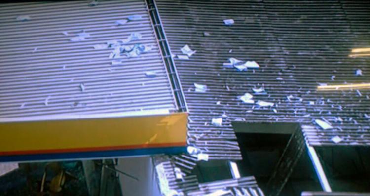 Explosão danificou o telhado do posto - Foto: Reprodução   TV Record