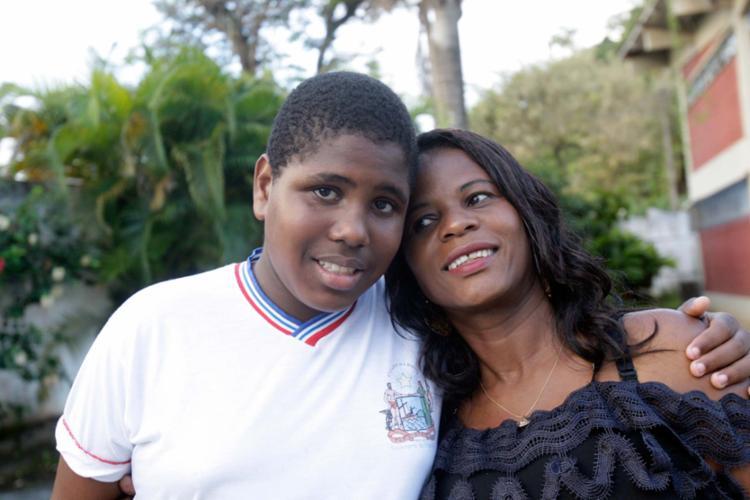Dilva Lopes ao lado do filho Douglas, que tem autismo e já passou por três escolas - Foto: Margarida Neide | Ag. A TARDE