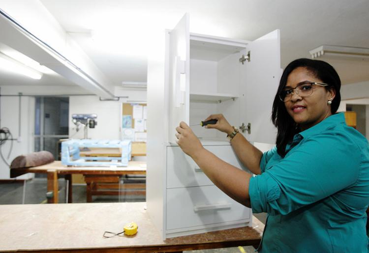Valéria construiu junto com colegas do curso do Senai seu primeiro móvel, um armário de madeira - Foto: Mila Cordeiro l Ag. A TARDE