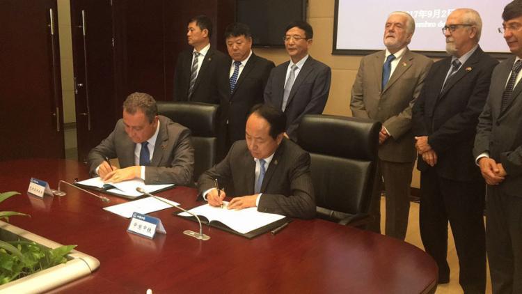 Rui e representantes da CREC 4 assinaram o memorando de entendimento para construção da ponte neste sábado, 2 - Foto: Carlos Prates l Gov-BA