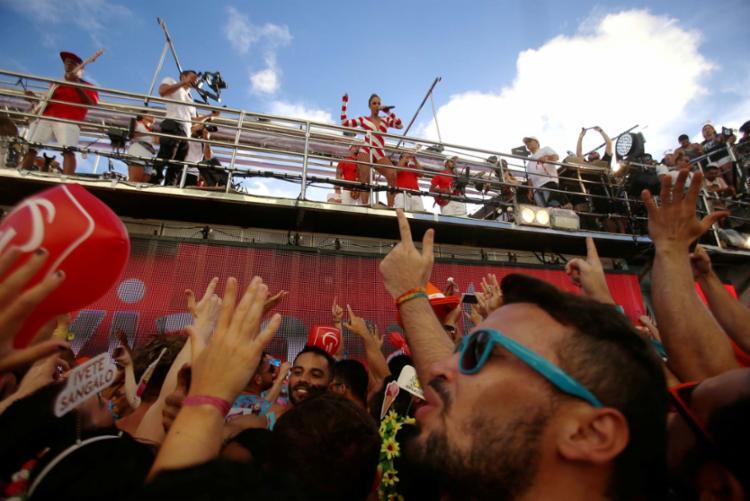 Ivete Sangalo comandando o desfile de bloco na Barra-Ondina - Foto: Raul Spinassé | Ag. A TARDE | 27.02.2017