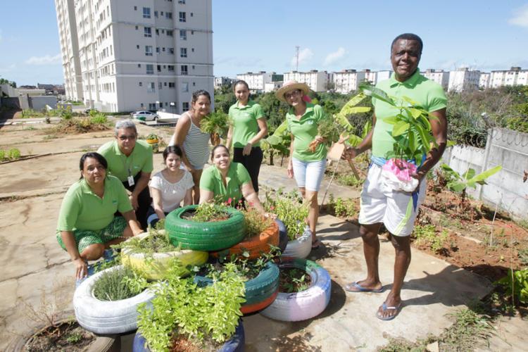Moradores do Alto Imbuí comemoram os frutos da horta do condomínio - Foto: Luciano da Matta | Ag. A Tarde