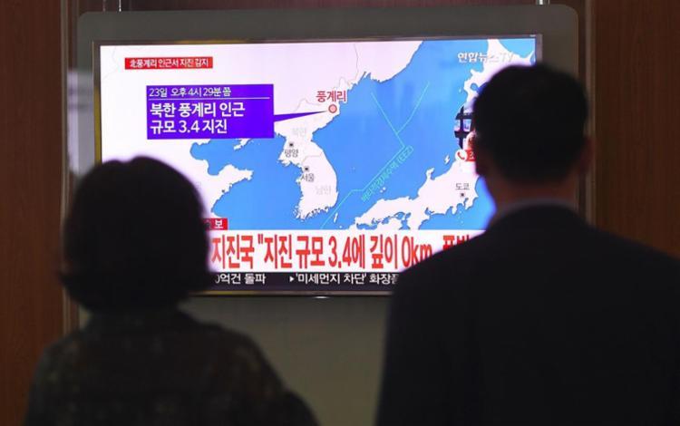 População assiste matéria sobre terremoto - Foto: Jung Yeon-Je | AFP