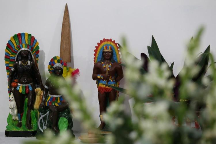 Altar para os caboclos no Centro de Umbanda Mistíca Oxum Apará, em Piatã - Foto: Adilton Venegeroles / Ag. A Tarde