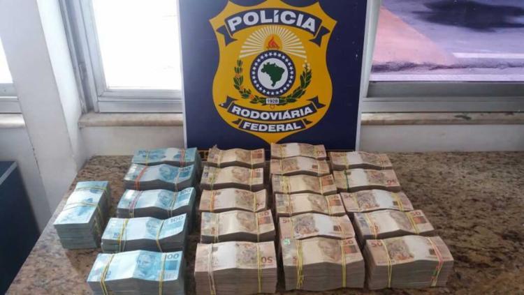 A quantia estava em uma mala e foi encontrada durante fiscalização de rotina - Foto: Divulgação | PRF
