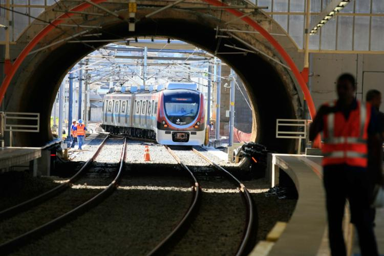 Por conta do roubo, os trens circulam com a velocidade reduzida - Foto: Joá Souza | Ag. A TARDE | 11.06.2014