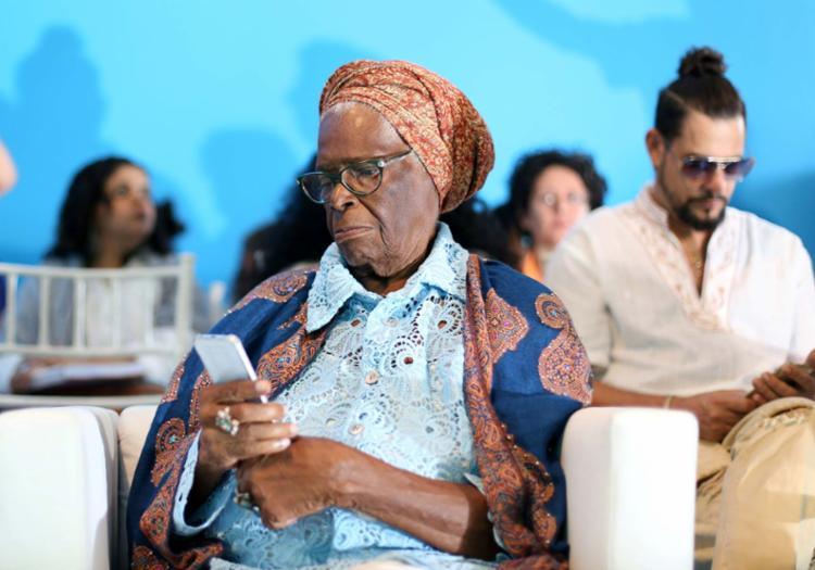 Sintonizada com novas gerações, Mãe Stella usa o smartphone para acessar o canal - Foto: Raul Spinassé | Ag. A TARDE