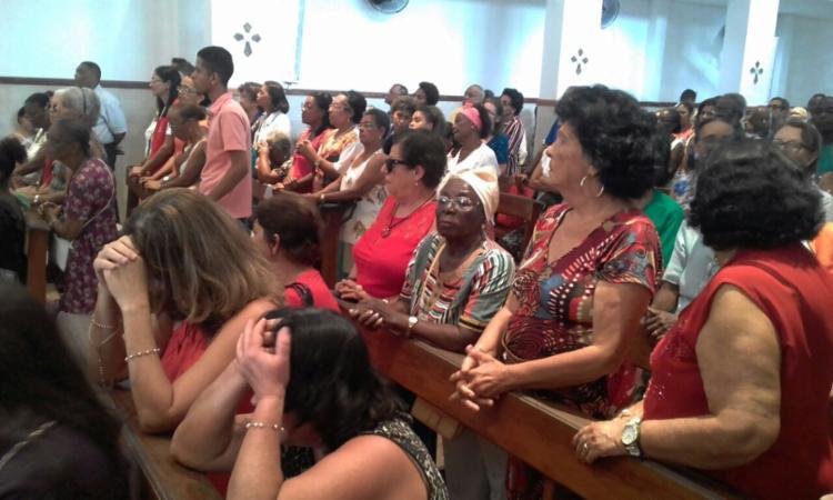 Fiéis lotaram a igreja dos santos gêmeos no bairro da Liberdade - Foto: Joá Souza | Ag. A TARDE