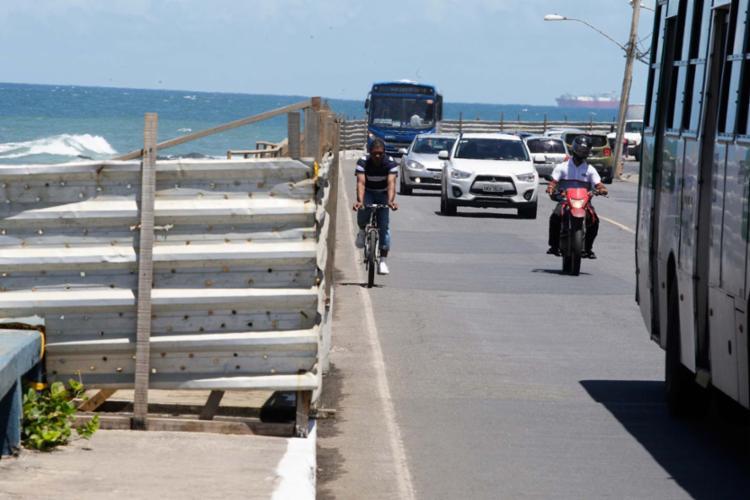 Entre o Isba e a Pedra da Sereia, ciclista é obrigado a dividir o espaço com carros - Foto: Luciano da Matta | Ag. A TARDE