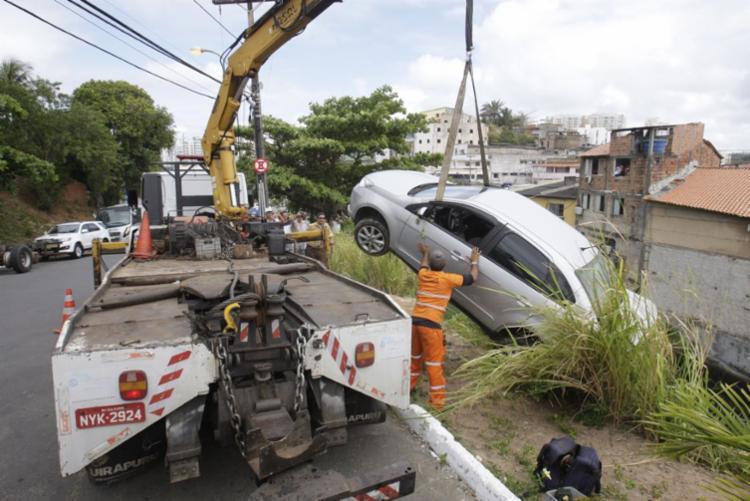 Motorista foi retirado do veículo sem ferimentos - Foto: Luciano da Matta | Ag. A TARDE