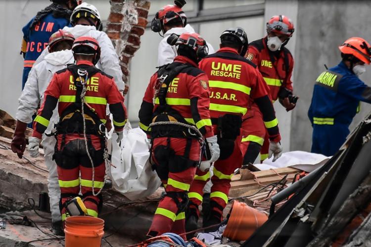 Equipes ainda buscam por sobreviventes - Foto: Ronaldo Schemidt   AFP