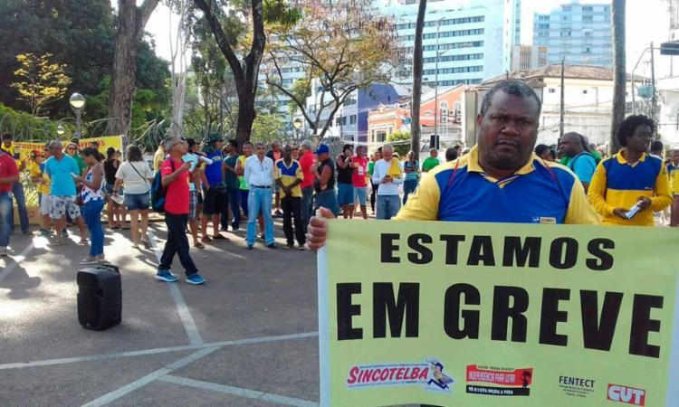 A classe está em greve desde o dia 19; em Salvador, trabalhadores protestaram - Foto: Joá Souza   Ag. A TARDE