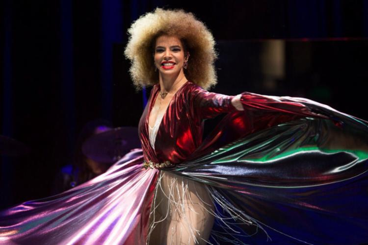 Vanessa com seu vestido de LED - Foto: Marcos Hermes | Divulgação
