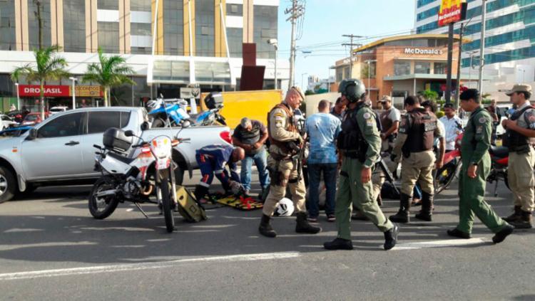 Veículo de passeio colidiu na moto do PM na avenida Paralela - Foto: Divulgação | PM