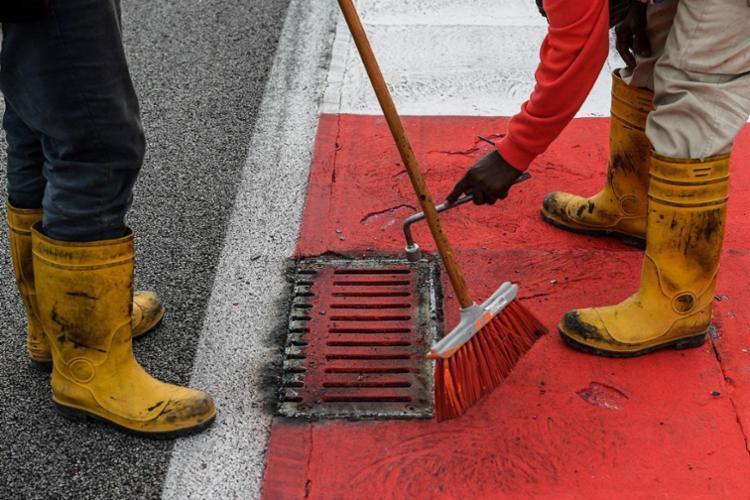 Bueiro foi colocado de volta no lugar após acidente - Foto: Mohd Rasfan | AFP