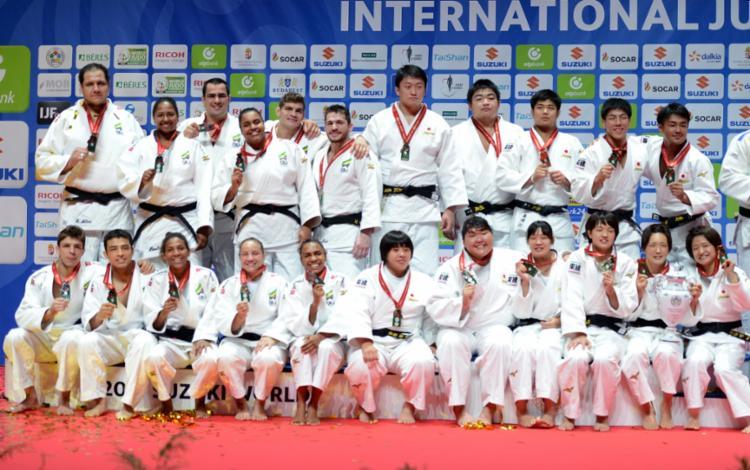 Judocas brasileiros com a prata e japoneses com ouro no Mundial - Foto: Paulo Pinto   CBJ