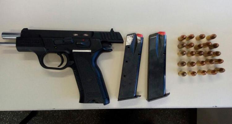 Junto com a arma de fogo, também foram encontradas 24 munições - Foto: Divulgação | Polícia Militar