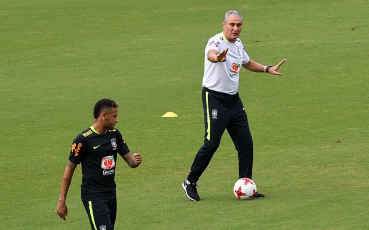 Tite orienta Neymar em treino do Brasil, em Barranqüilla (COL) - Foto: Luis Acosta l AFP