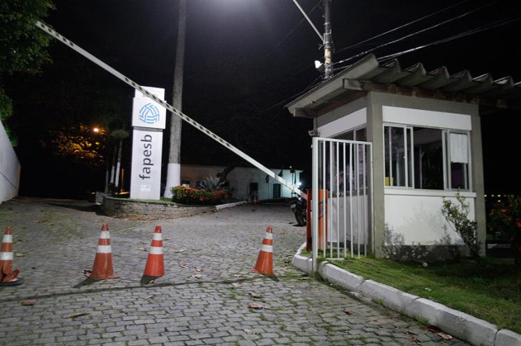 Bandidos chegaram ao local em um carro e atiraram contra a guarita - Foto: Margarida Neide l Ag. A TARDE