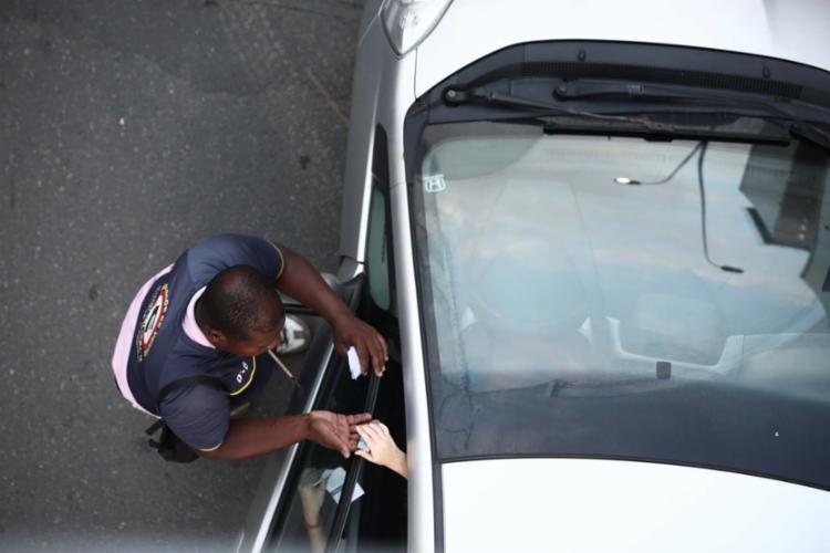 Guardador atende motorista com entrega de cartela em Zona Azul de Salvador - Foto: Joá Souza | Ag. A TARDE