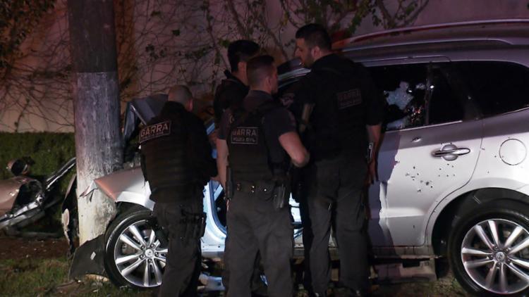 Três suspeitos morreram dentro do carro, que foi alvejado - Foto: Reprodução | TV Globo | Almir Padial