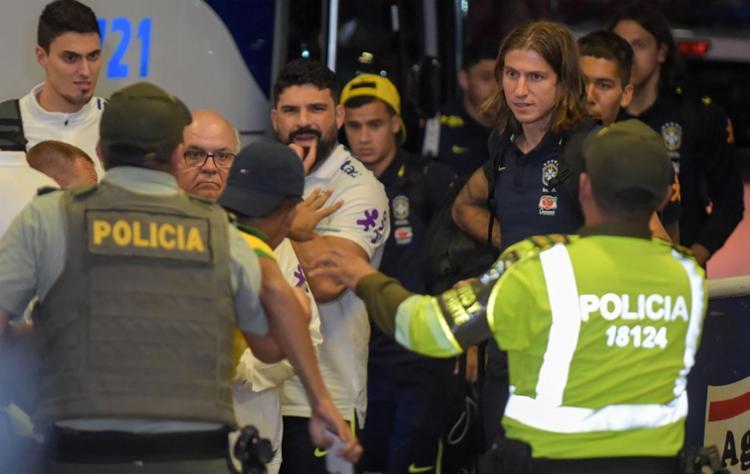 Policiais precisaram conter torcedores que tentaram se aproximar de jogadores - Foto: AFP