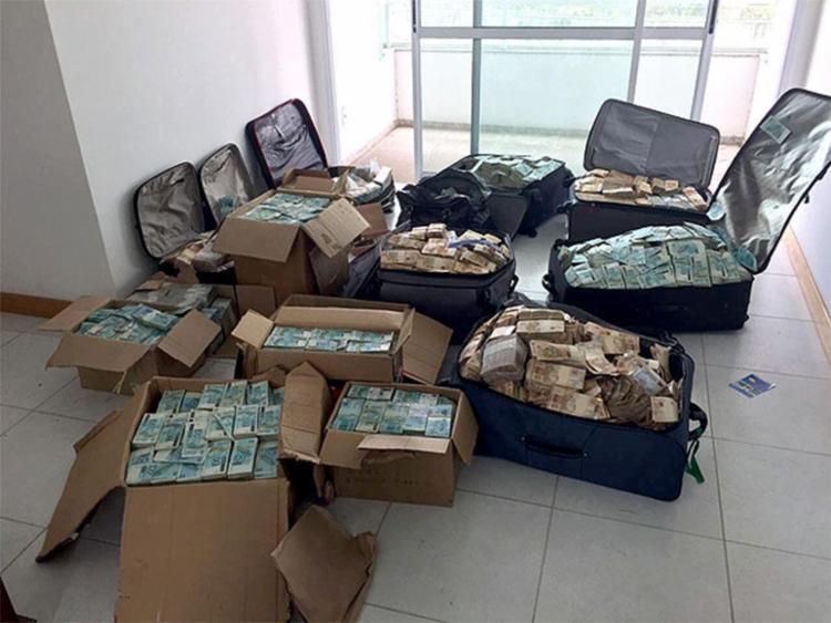 Notas de R$ 50 e R$ 100 estavam guardados em caixas e malas no apartamento - Foto: Divulgação | PF