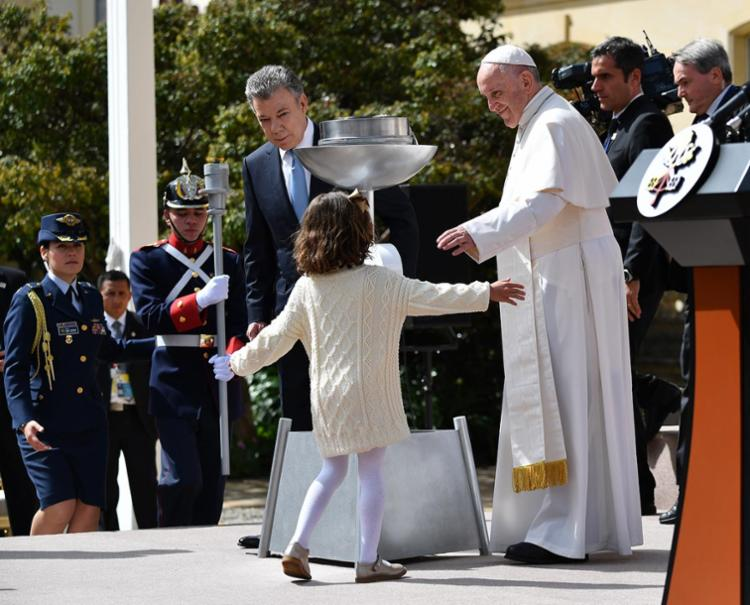 Papa ao lado do presidente Juan Manuel Santos - Foto: Alberto Pizzoli | AFP | 07.09.2017