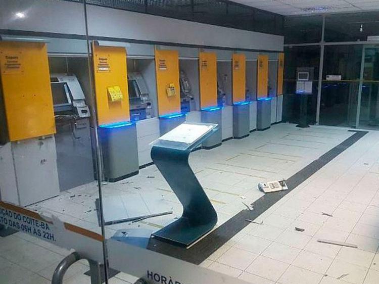 Os assaltantes não conseguiram levar o dinheiro do equipamento - Foto: Divulgação | Polícia Militar