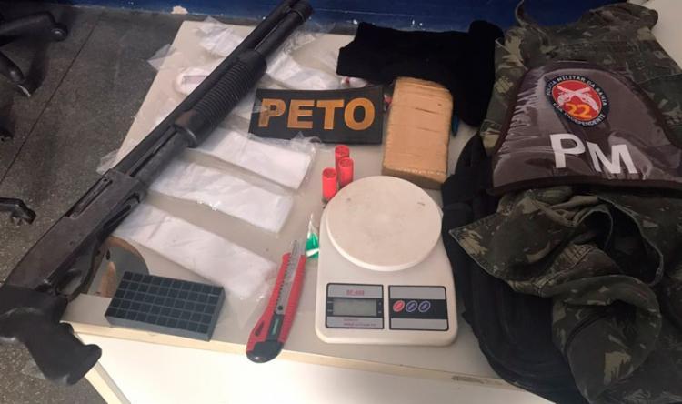 Com o trio, a polícia ainda encontrou munições e roupa camuflada - Foto: Divulgação | SSP-BA