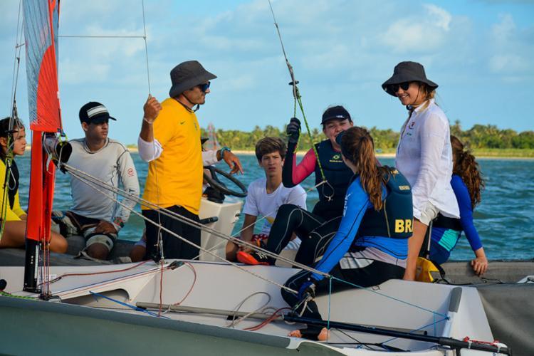 Equipe do Yacht Club conversa antes de prova, em Pernambuco - Foto: Tsuey Lan Bizzocchi l Cabanga