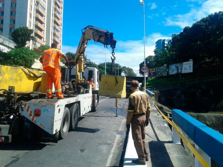 Equipes da Transalvador isolaram a área onde houve a colisão - Foto: Divulgação | Transalvador