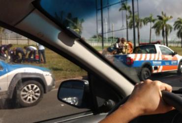 Carro capota e deixa uma pessoa ferida na avenida Paralela